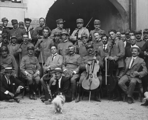 I componenti della Fanfara che prese parte al concerto di Pietro Mascagni (il 3° da sx nella fila dei seduti sulle sedie) a Tolmezzo nel 1916